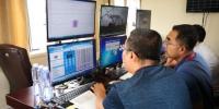 联调联试中工作人员在采集数据。沈铁 供图 - Nmgcb.Com.Cn