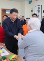 这是习近平在虹口区市民驿站嘉兴路街道第一分站托老所同老年居民亲切握手。 新华社记者 谢环驰 摄 - 正北方网