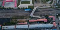 平改立工程免渡河镇中项目,可以看到桥梁和居民楼之间的距离非常短。(8月27日 航拍图)达日罕 摄 - Nmgcb.Com.Cn